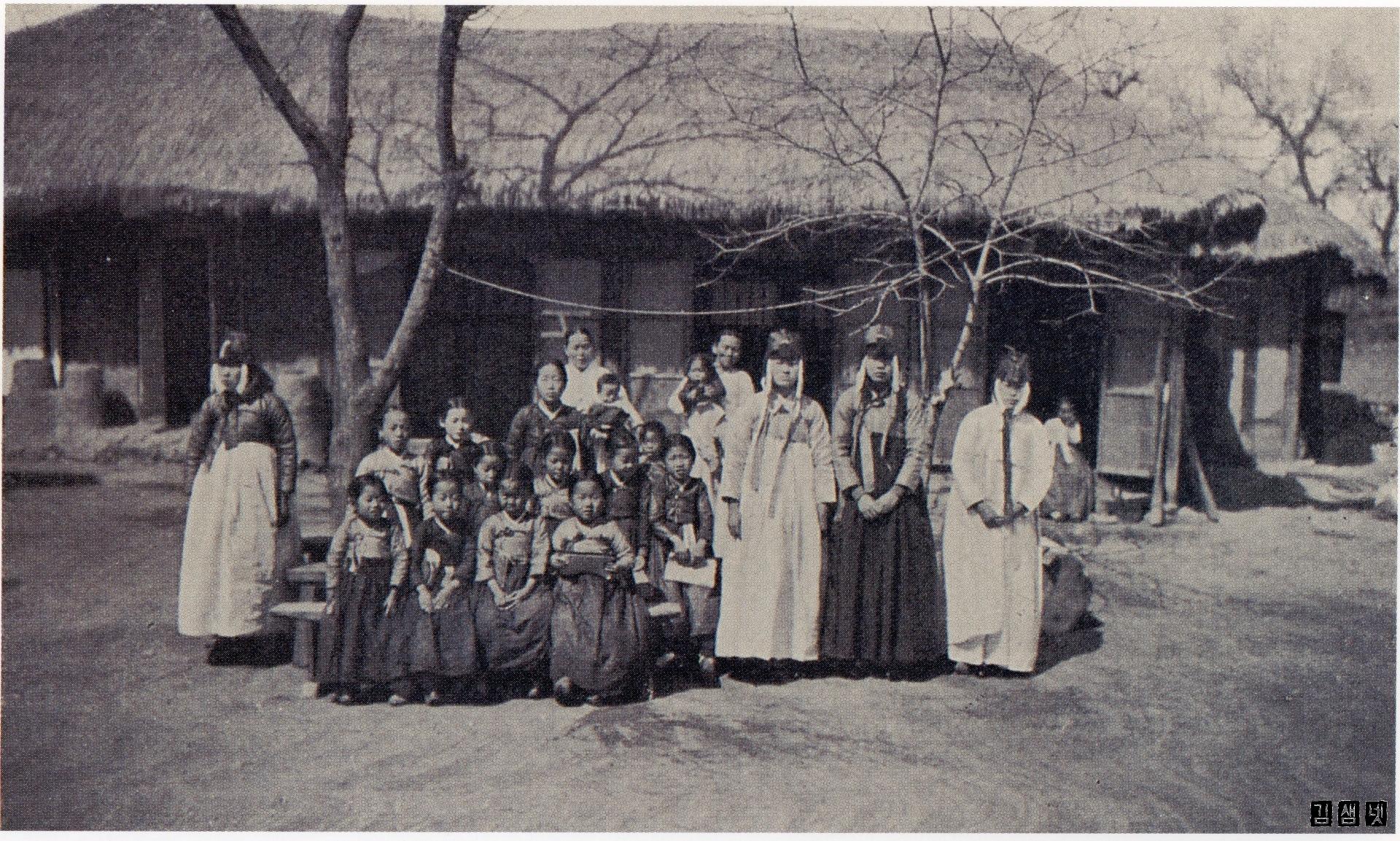 1912년_군기동초가교사의_학생들과_여인들_cr.jpg
